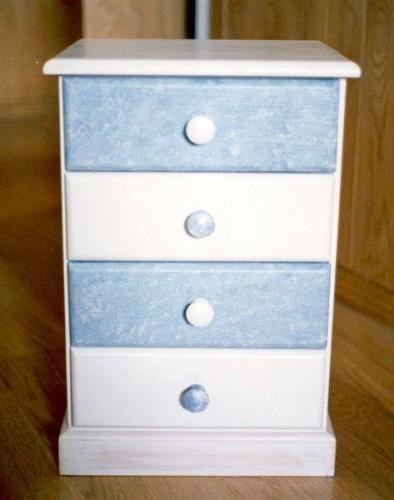 portfolio 32/37  - Mesa cabeceira branca e gavetas efeito esponja azul
