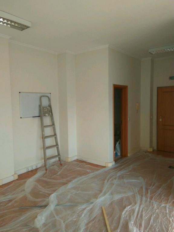 portfolio 99/119  - Escritório; Reparação de fissuras em tecto e paredes 1ªmão isolante cinolite HP mais 2ª mão em tecto e paredes com tinta Cinplus na mesma cor.