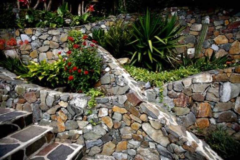 portfolio 1/26  - Revestimento em pedra de murados e escadaria de jardim