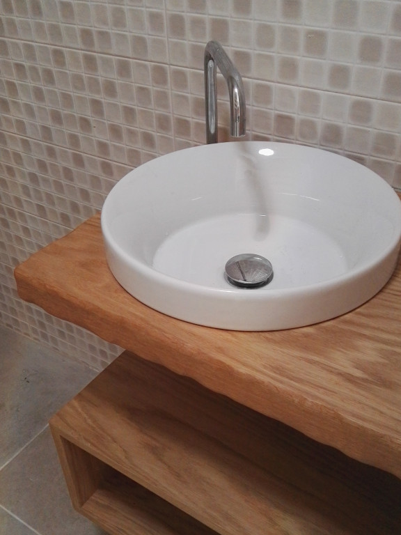 portfolio 4/13  - Móvel de lavatório e prateleiras para pequeno WC numa unidade de turismo local. Madeira trabalhada à mão para efeito tosco.  Material: bétula folheada a carvalho
