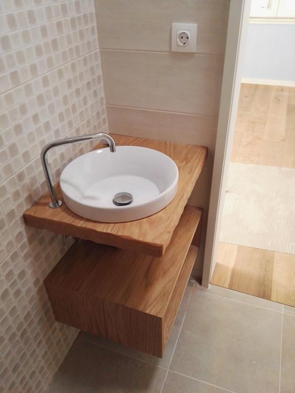 portfolio 2/13  - Móvel de lavatório e prateleiras para pequeno WC numa unidade de turismo local. Madeira trabalhada à mão para efeito tosco.  Material: bétula folheada a carvalho