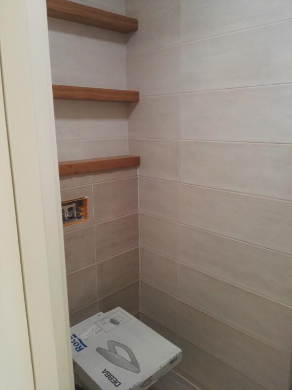 portfolio 3/13  - Móvel de lavatório e prateleiras para pequeno WC numa unidade de turismo local. Madeira trabalhada à mão para efeito tosco.  Material: bétula folheada a carvalho