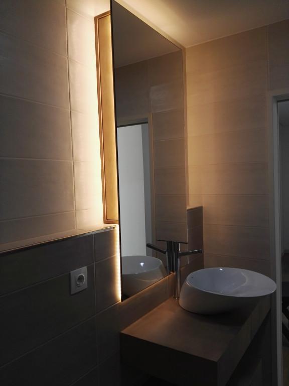 portfolio 11/13  - Móvel-espelho para WC, com prateleiras deslizantes. Material - bétula