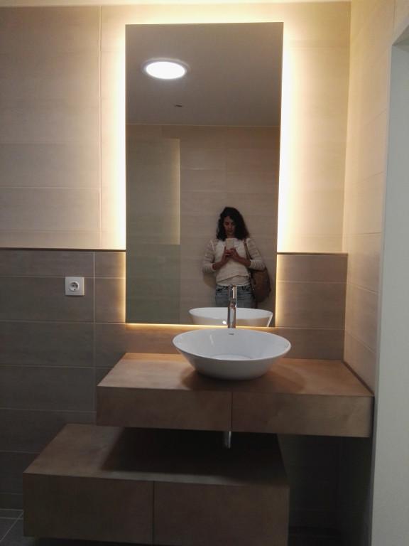 portfolio 12/13  - Móvel-espelho para WC, com prateleiras deslizantes. Material - bétula