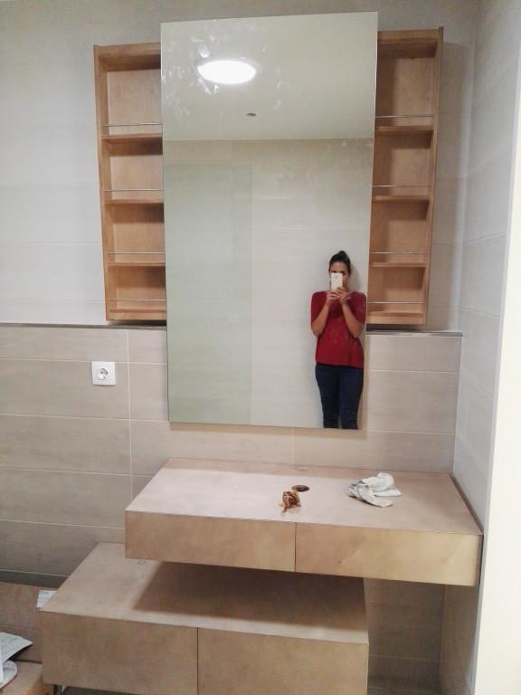 portfolio 13/13  - Móvel-espelho para WC, com prateleiras deslizantes. Material - bétula