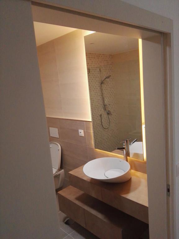 portfolio 10/13  - Móvel-espelho para WC, com prateleiras deslizantes. Material - bétula