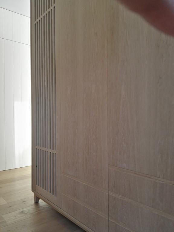 portfolio 8/13  - Armário para hall de entrada - funções de arrumação de convidados e sapateira.  Material: bétula folheada a carvalho