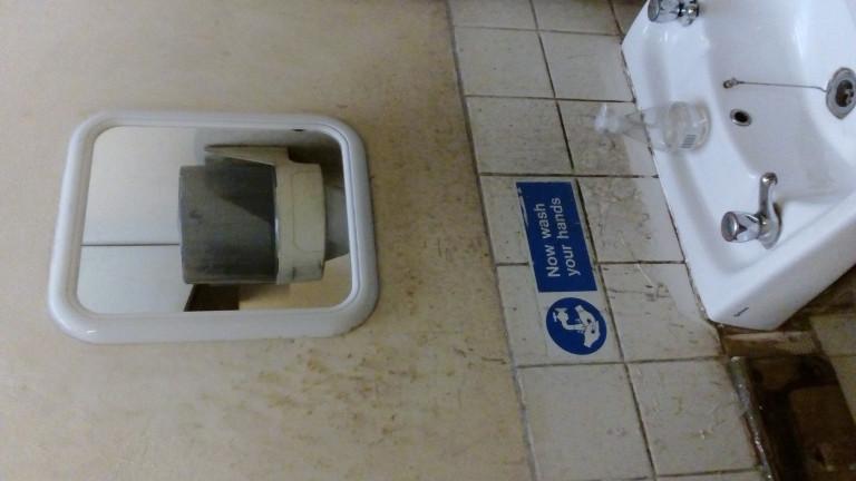portfolio 11/38  - Limpeza casa de banho industrias, antes