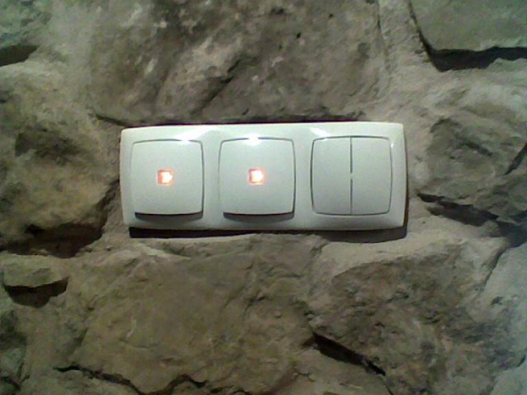 portfolio 4/9  - Interruptores embutidos em paredes de pedra.