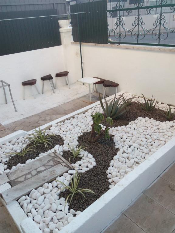 portfolio 2/4  - canteiro concluído, limpeza, plantação, tela, pedras e leca