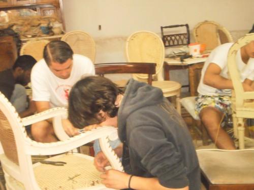 portfolio 66/80  - Os meninos a trabalhar nos empalhamentos das cadeiras em nossa oficina..