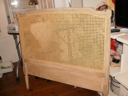portfolio 75/80  - Uma cabeceira de cama de solteiro empalhada em nossa oficina.