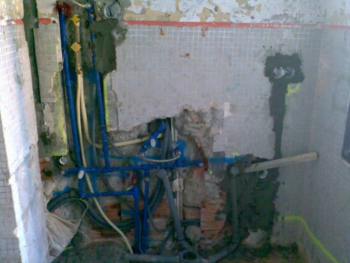 portfolio 52/55  - passagem de tubos electricos entre a canalizacao da agua