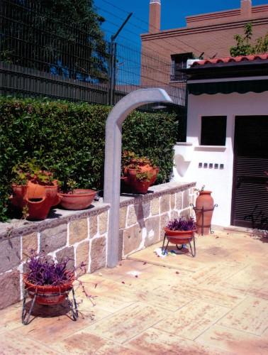 portfolio 51/51  - Coluna  em  pedra  para  duche  de  piscina,  desenho  nosso.