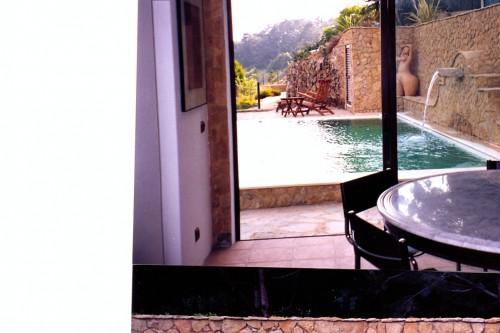 portfolio 46/51  - Construção  de  piscina  e  casa  de  apoio,  vista  do  interior  da  casa