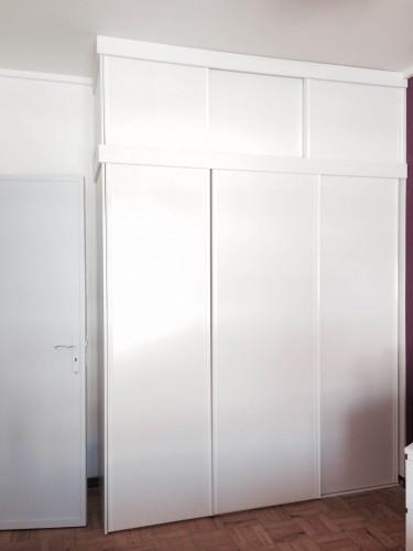 portfolio 50/77  - Roupeiro em Melamina branco com portas de correr em baixo e em cima