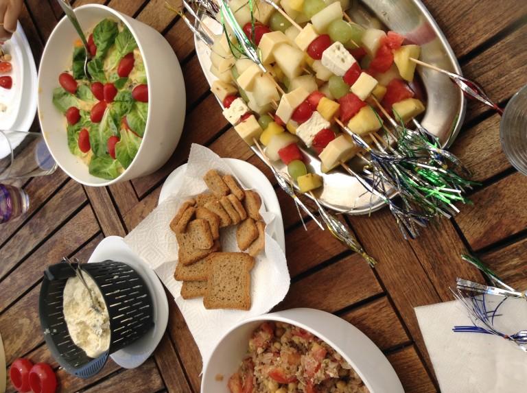portfolio 53/65  - Salada Russa com maionese caseira, espetadas de queijo e de fruta, queijo fresco com alho e pimenta