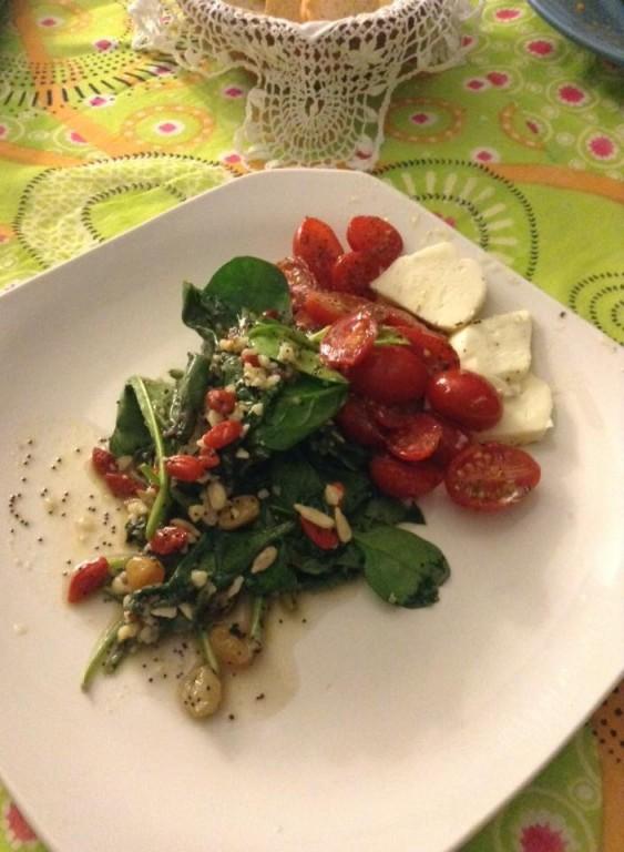 portfolio 37/65  - TOP BY: Salada de espinafres frescos com tomate cereja, mozarela, temperada com vinagrete de framboesa, frutos secos e bagas