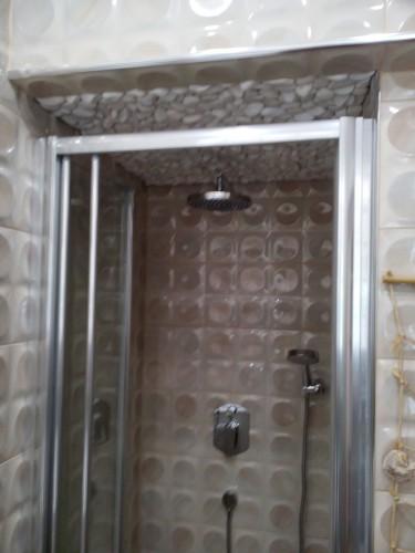 portfolio 41/51  - Aplicação de pedras decorativas em teto de base de duche