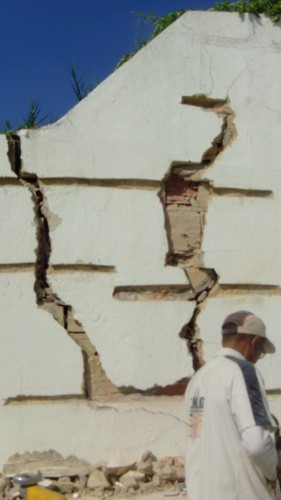 portfolio 9/15  - abrimos roços onde colocamos uns ferros que se chamam ( gatos) para ligação do muro onde abriu ao meio