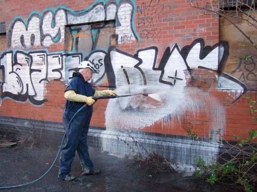 portfolio 3/3  - Remoção de graffiti - Temos uma gama de produtos especialmente concebida para este tipo de trabalho, aplicável em todo o tipo de superfícies porosas e não porosas.   Todos os produtos são ecológicos e biodegradáveis, certificados pela norma ISO 9001 e fabricados por uma empresa conceituada neste ramo de actividade.