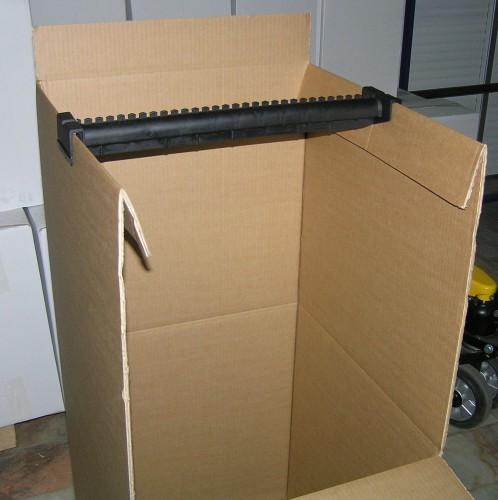portfolio 4/5  - MUDANÇAS. Caixas cabides para roupas penduradas.