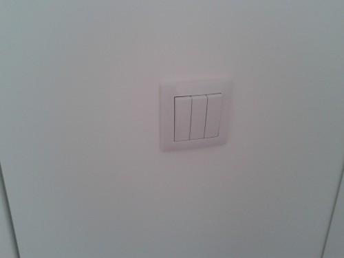 portfolio 6/22  - Na entrada do quarto de banho, setor de iluminação reduzida, setor de iluminação mais intensa para o banho e ainda uma terceira tecla para controlar o ventilador