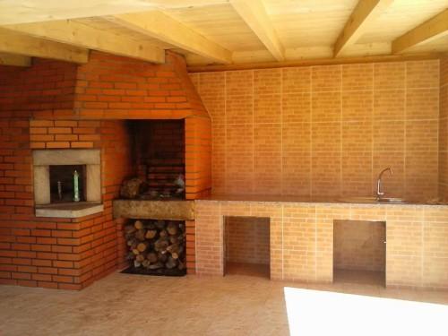 portfolio 1/1  - Trabalho de carpintaria (tecto visível na imagem). Construção de churrasqueira, em tijolo e argamassa, forno artesanal, com tijolo curvo com barro, e banca da cozinha.