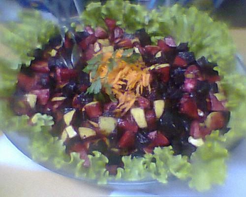 portfolio 7/11  - Salada de beterraba com maçã. Decorada com alface.