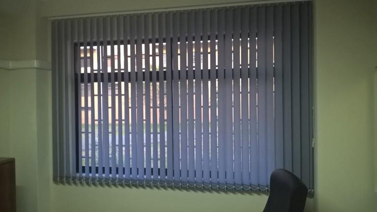portfolio 10/33  - Estores de telas verticais 89mm, ideal para escritórios.