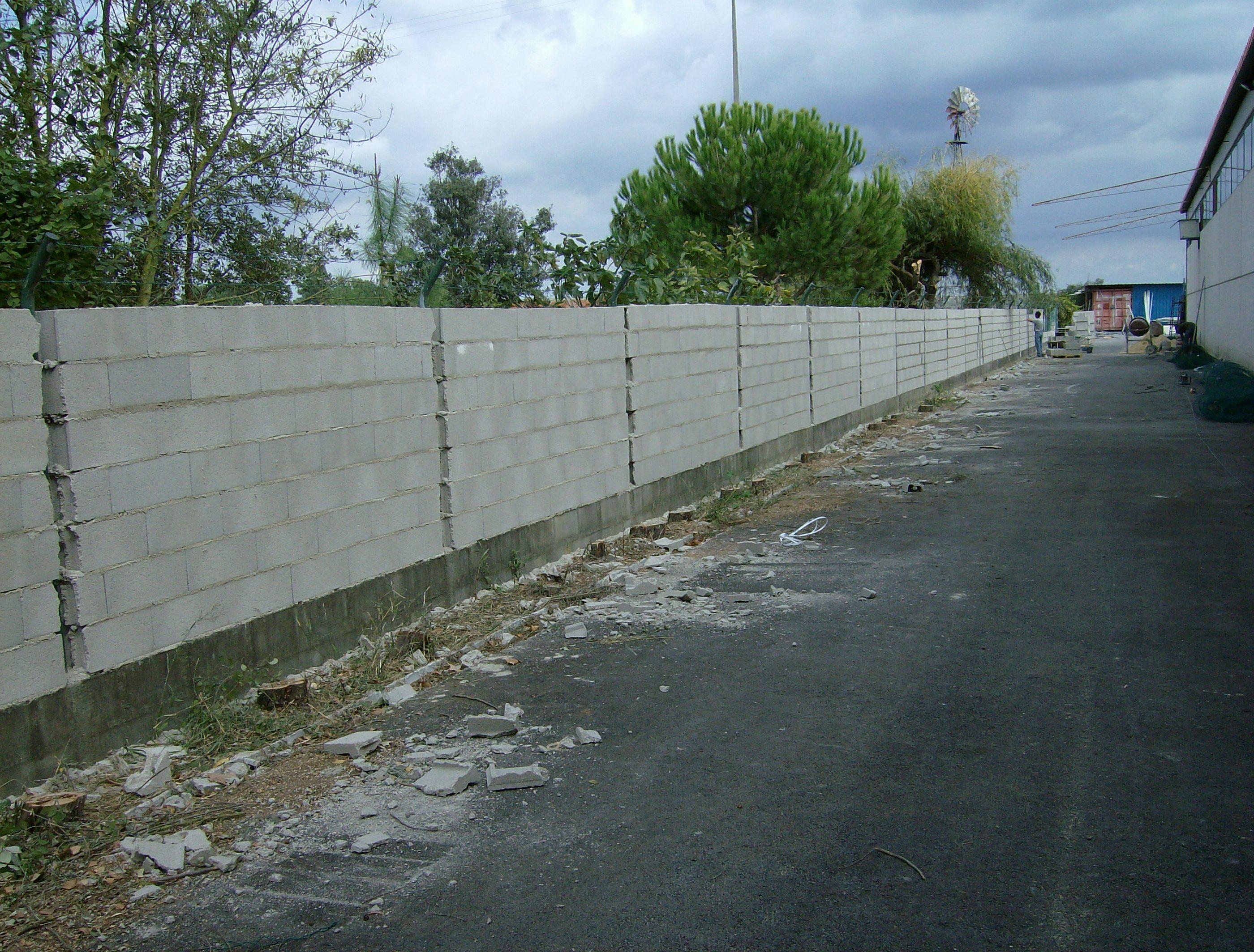 portfolio 37/44  - Levantamento de muro em blocos, no Pinhal Novo