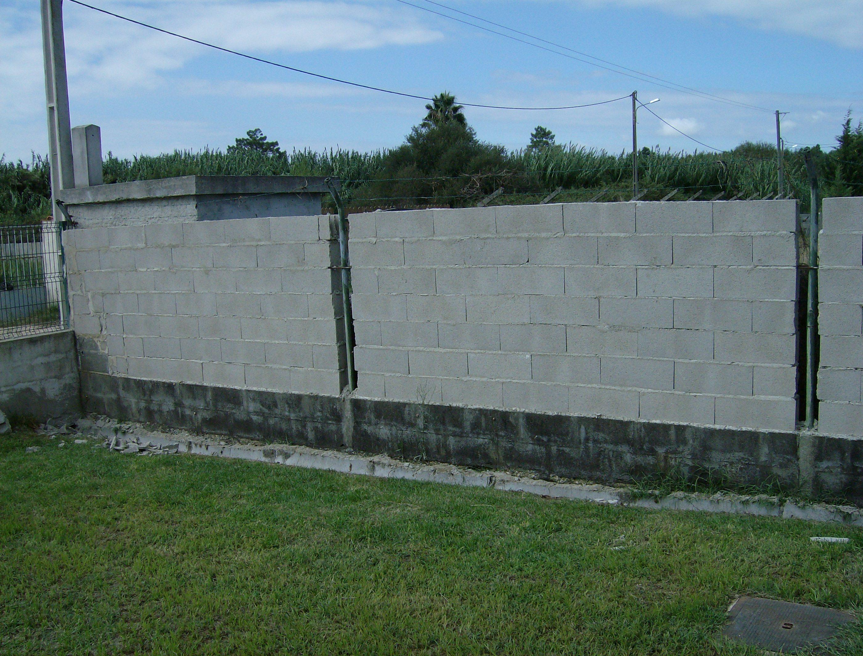 portfolio 39/44  - Levantamento de muro em blocos, no Pinhal Novo
