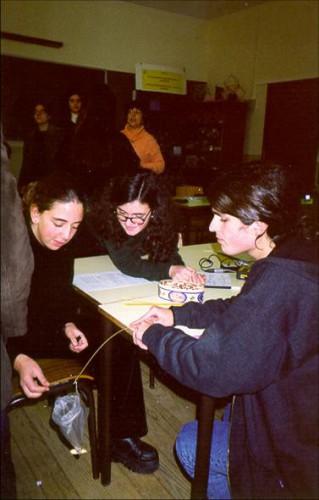 portfolio 2/3  - Alunos, em sala de aula, a estudar a proporcionalidade inversa através de uma experiência.